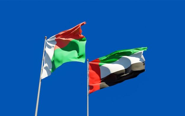 Drapeaux de madagascar et des emirats arabes unis sur le ciel bleu. illustration 3d