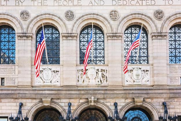 Drapeaux nationaux sur le bâtiment de la bibliothèque publique de la ville de boston