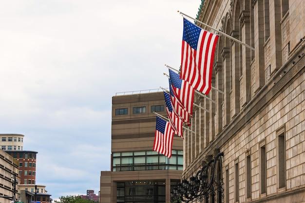 Drapeaux nationaux sur la bibliothèque publique de boston