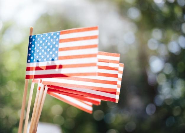 Drapeaux en papier miniature usa. drapeau américain sur fond flou à l'extérieur