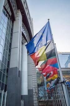 Drapeaux avec le parlement européen à bruxelles, belgique