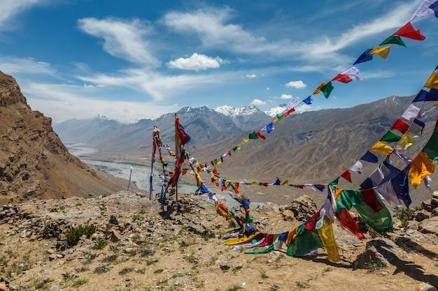 Drapeaux de prière bouddhistes lungta dans la vallée de spiti en himalaya
