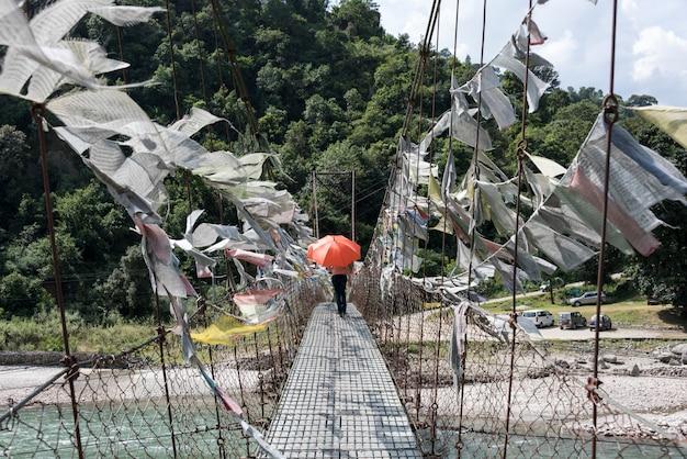 Drapeaux de prière sur le pont avec des gens en arrière-plan, punakha, bhoutan