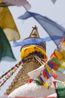 Drapeaux de prière et sommet du stupa de boudhanath