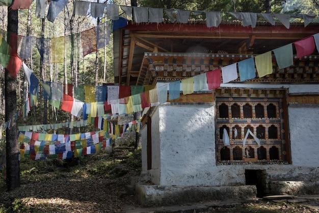 Drapeaux de prière avec stupa au monastère de taktsang, paro, district de paro, vallée de paro, bhoutan