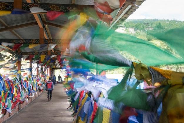 Drapeaux de prière suspendus sur le pont suspendu, thimphu, bhoutan