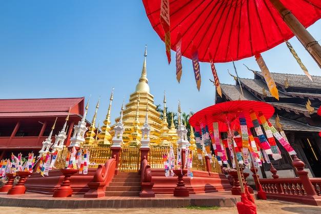Drapeaux de prière tung accrocher avec un parapluie ou un drapeau traditionnel du nord accroché sur une pagode en sable