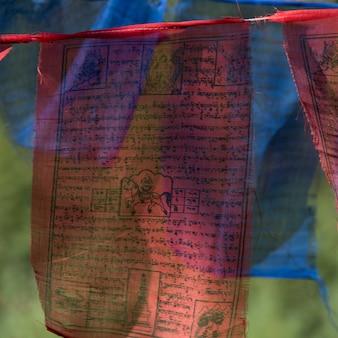 Drapeaux de prières bouddhistes au monastère de taktsang, paro, district de paro, vallée de paro, bhoutan