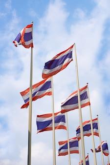 Drapeaux de la thaïlande avec un ciel bleu