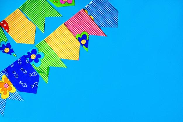 Drapeaux en tissu multicolore sur fond bleu. décorations pour les vacances.