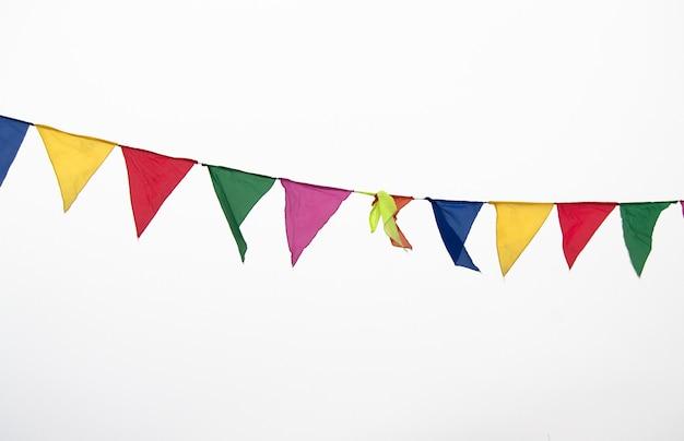 Drapeaux triangulaires multicolores colorés