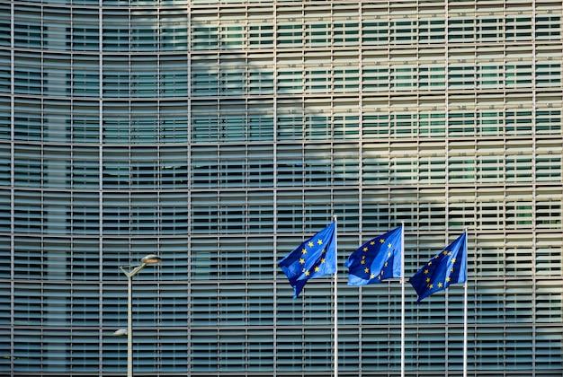 Drapeaux de l'ue devant la commission européenne