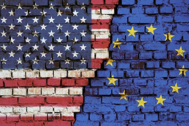 Drapeaux des usa et de l'union européenne sur un mur de briques