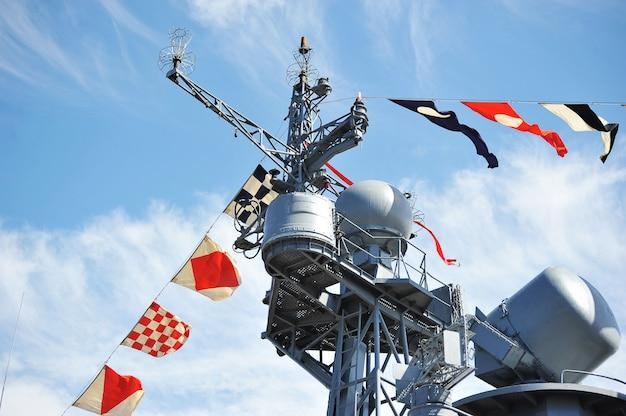 Drapeaux de vacances sur le navire de guerre russe