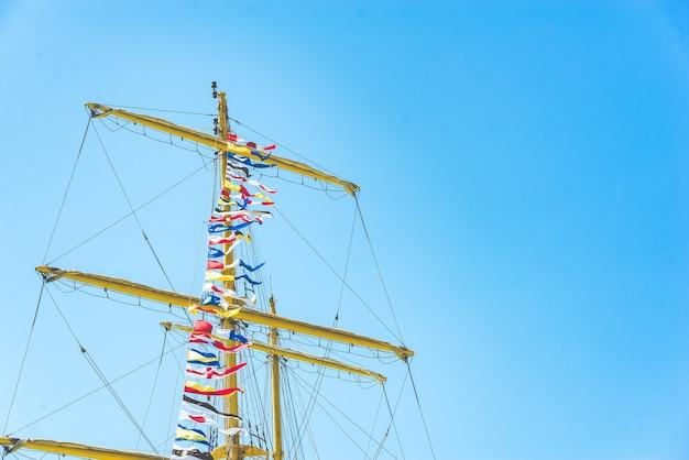 Drapeaux de voile nautiques colorés volant dans le vent