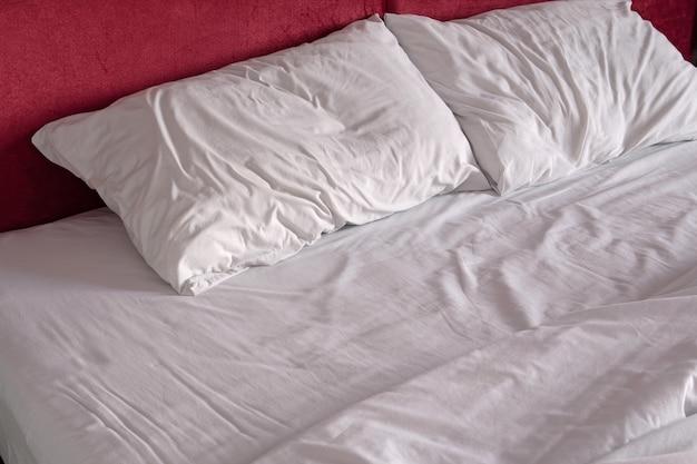 Draps et oreiller en désordre