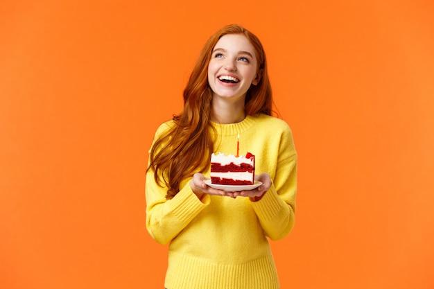 Dreamy happy woman celebrating birthday, s'amuser, rire et regarder le coin supérieur gauche
