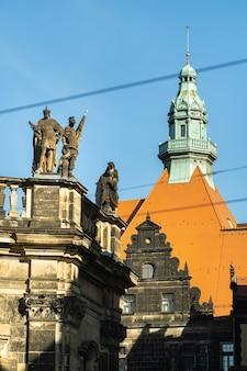 Dresde, suisse saxonne, allemagne : une rue du centre-ville et les vieux bâtiments de dresde.