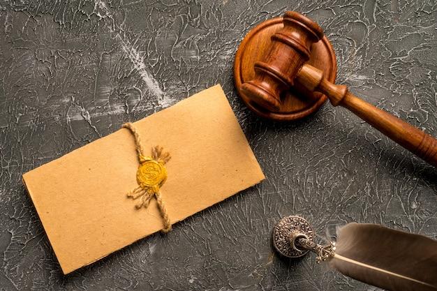 Droit juge contrat tribunal juridique confiance héritage timbre.