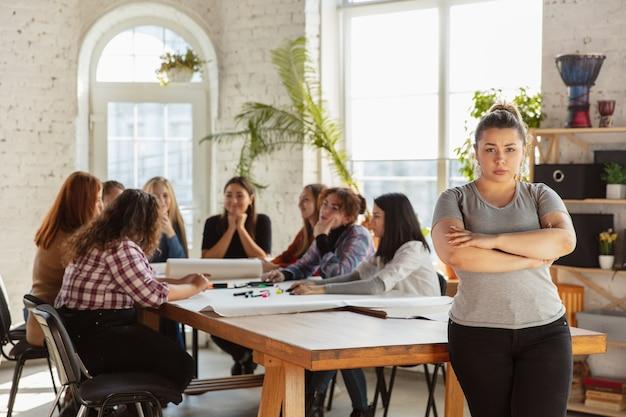 Droits des femmes et égalité au bureau femmes d'affaires caucasiennes ou jeunes confiants