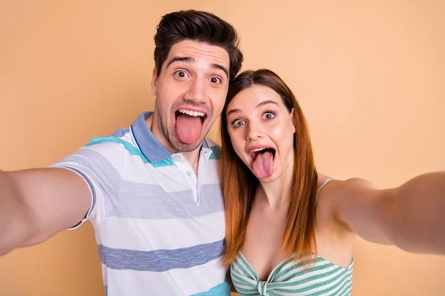 Drôle adorable mignon couple amoureux prendre selfie