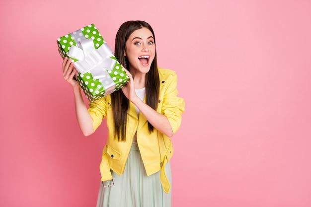 Drôle charmante dame tenir la main grande fête d'anniversaire verte de boîte-cadeau