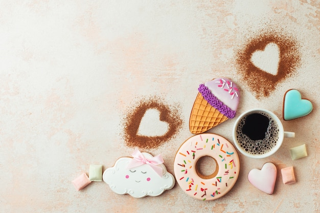 Drôle de cornets de crème glacée, beignets, nuages et coeurs avec une tasse de café
