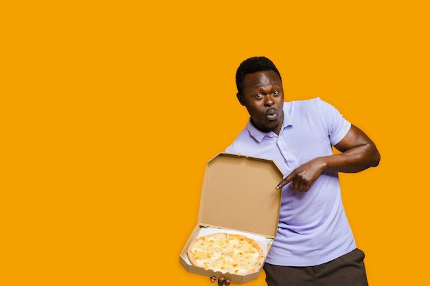 Drôle de courrier barbu africain pointe vers la pizza