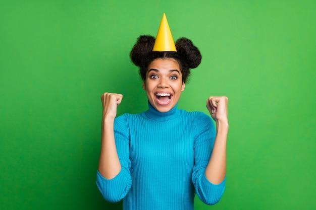 Drôle dame célébrant son anniversaire lever les poings