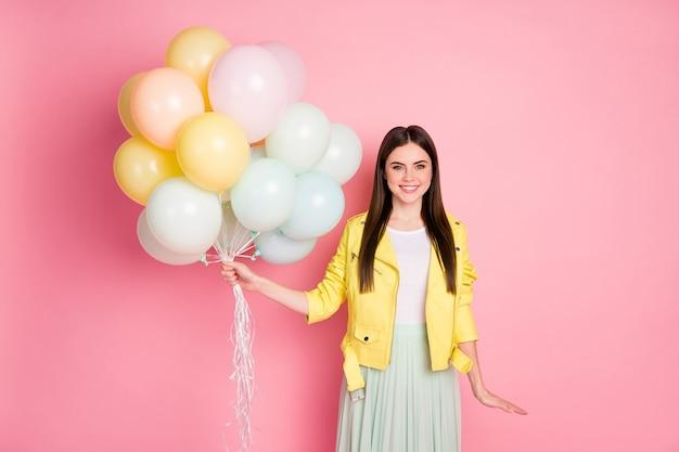 Drôle de dame charmante tenir de nombreux événements festifs de montgolfières