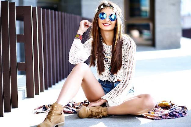 Drôle élégant sexy souriant beau jeune femme hippie modèle en été hipster blanc vêtements posant dans la rue