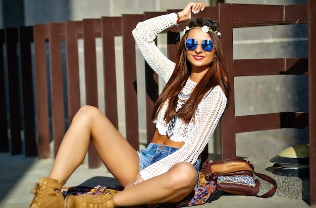 Drôle élégant sexy souriant belle jeune femme hippie modèle en été blanc hipster vêtements posant dans la rue