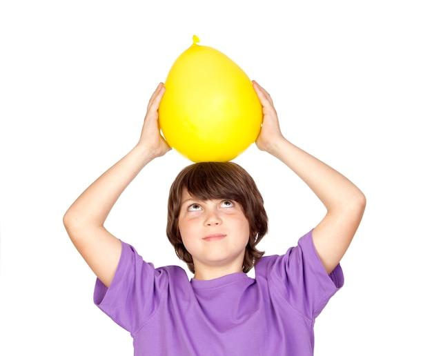 Drôle enfant avec un ballon jaune isolé sur fond blanc