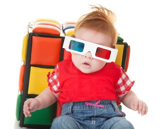 Drôle enfant en bas âge avec des lunettes stéréoscopiques