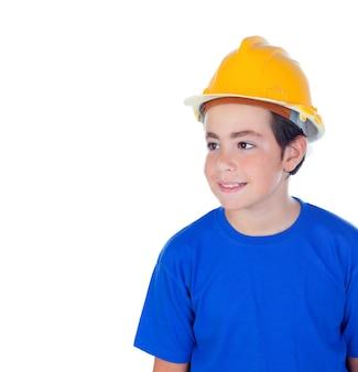 Drôle enfant avec casque jaune.