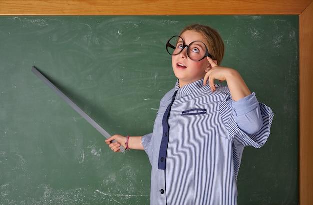 Drôle enfant fille au costume de professeur d'école