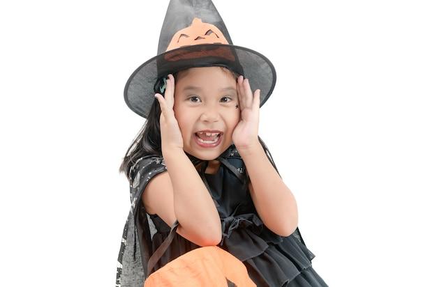 Drôle enfant fille en costume de sorcière pour halloween isolé