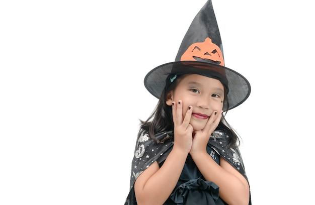 Drôle enfant fille en costume de sorcière pour halloween
