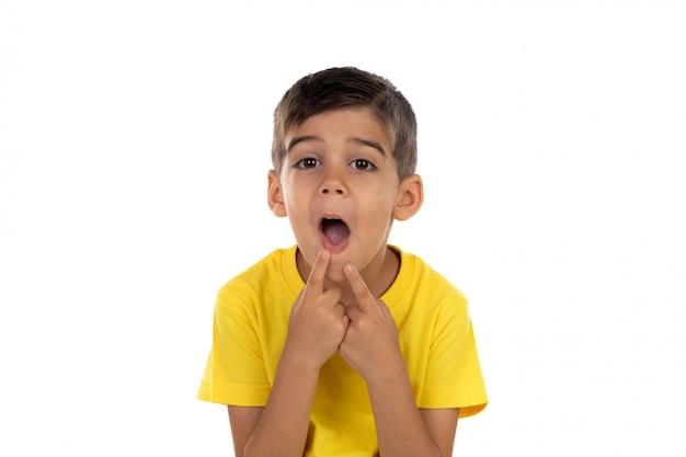 Drôle enfant se moquer de sa bouche