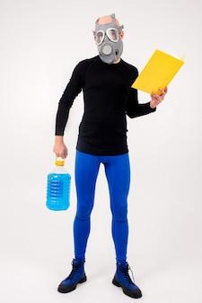 Drôle étrange homme en respirateur lisant le dossier jaune et tenant une bouteille bleue sur un mur blanc