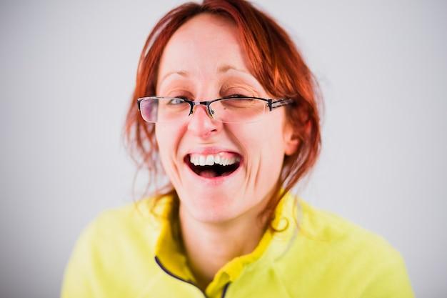 Drôle de femme adulte hispanique laide sourire d'une blague stupide crétin et portrait de visage muet avec un geste fou
