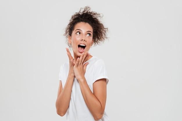 Drôle femme frisée crier à la recherche