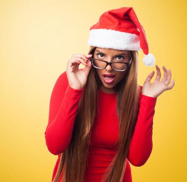 Drôle femme avec des lunettes et le chapeau de santa