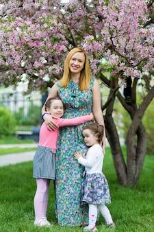 Drôle filles marchant sur la pelouse avec sa mère.