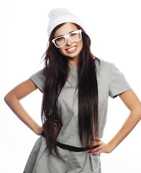 Drôle glamour élégant sexy souriante belle brune jeune femme modèle en tissu d'été gris hipster en bonnet blanc