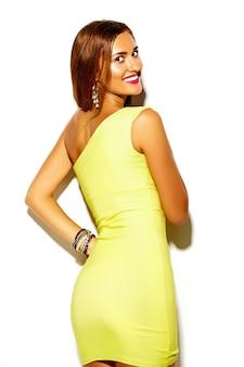 Drôle glamour fou élégant sexy souriant belle jeune femme sportive modèle en robe jaune vif d'été