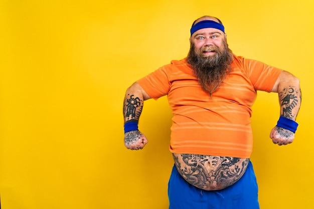 Drôle gros homme faisant des exercices de sport