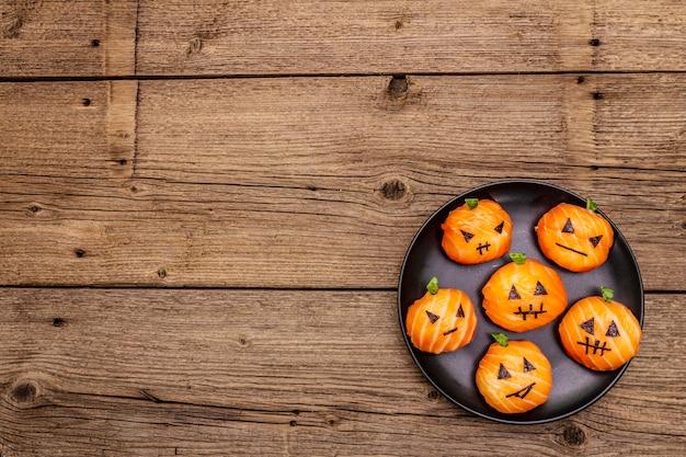 Drôle halloween sushi pumpkins jack o lantern, sushi monsters. sushi temari, boules de sushi. des aliments sains pour les enfants