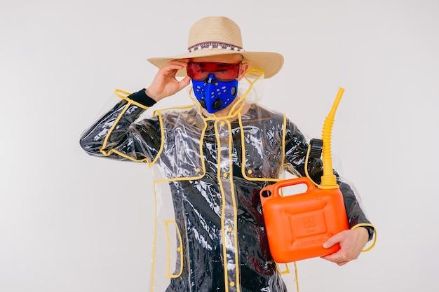 Drôle homme étrange élégant dans le masque et chapeau de paille avec arrosoir