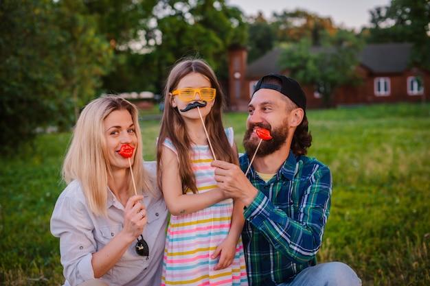 Drôle homme, femme et enfant avec des langues en saillie dans le style rocker cri.